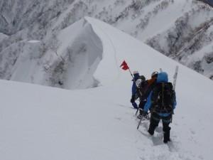 白岳の斜面を下る