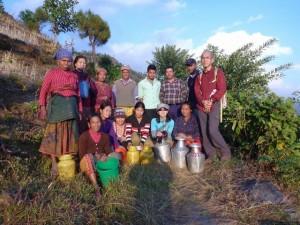 水やりに集まった村の人たち
