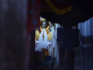 グンバ(お寺)の中にきれいな仏様がいた