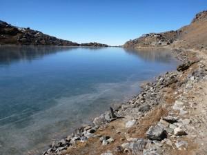 青いきれいな湖のまわりを一周できる